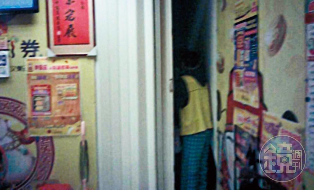帶入隔間:殘障人士收錢後,帶毒蟲到彩券行拉門後方的小房間吸毒。(讀者提供)