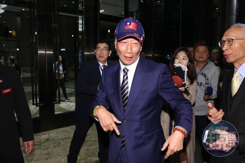 鴻海董事長郭台銘,入席前受訪時提到,很著急政府只為了選舉,最近他一直在思考,到底能替台灣與台灣的年輕人解決什麼,還說自己確實「起心動念。」