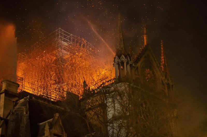 巴黎聖母院於當地時間週一傍晚將近6點傳出火警。(東方IC)