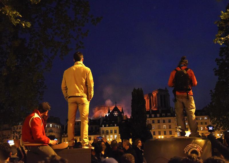 巴黎人望著火光中的聖母院,為之心碎。(東方IC)