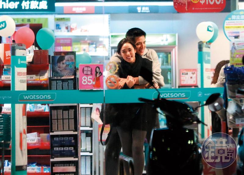 去年4月,本刊直擊愛得正濃烈的林柏叡,在藥妝店情不自禁熊抱王淨。