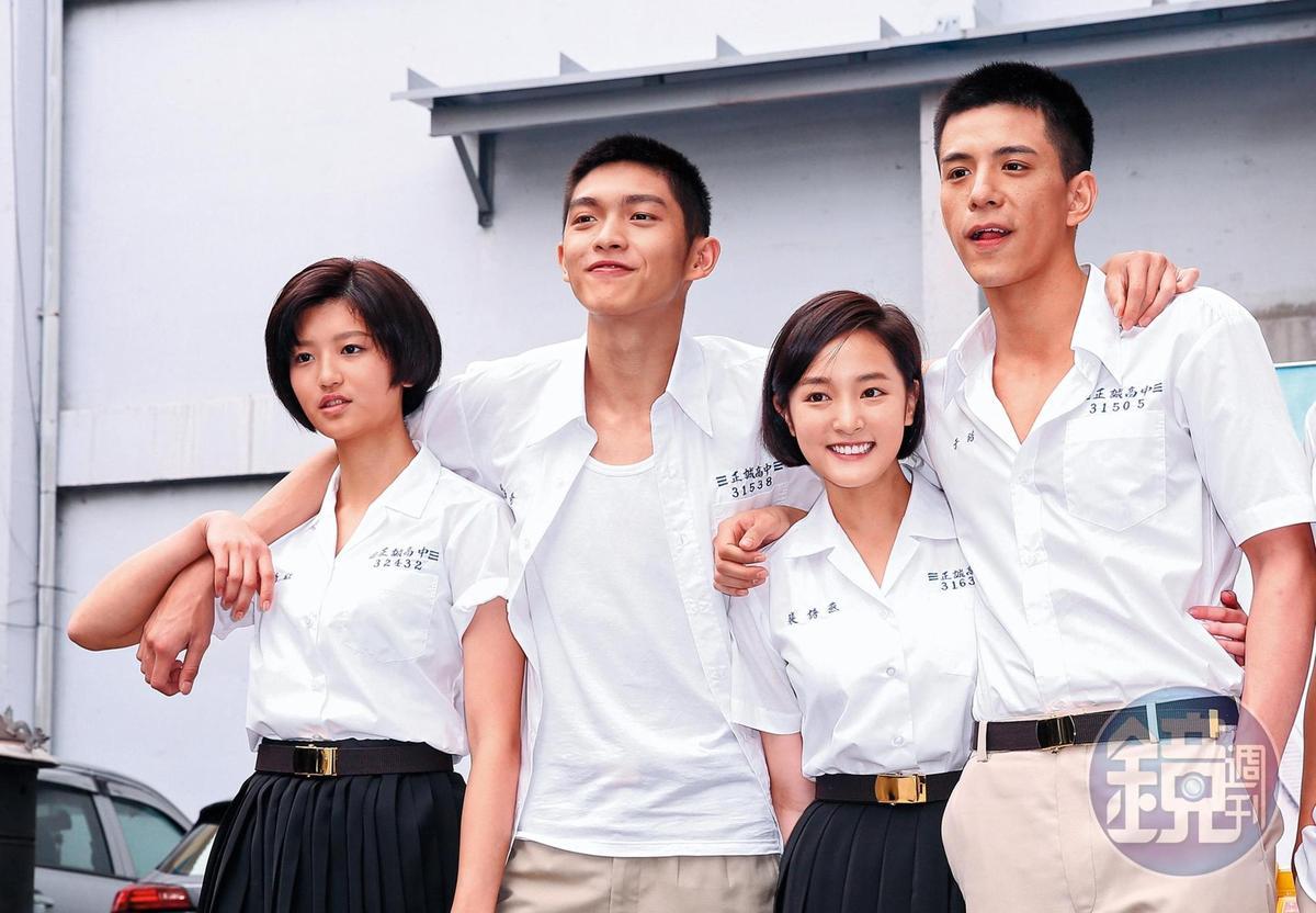 王淨(右二)、林柏叡(右一)主演電影版《鬥魚》主角,兩人從戲裡愛到戲外。左起為陳虹茜、林輝璜。