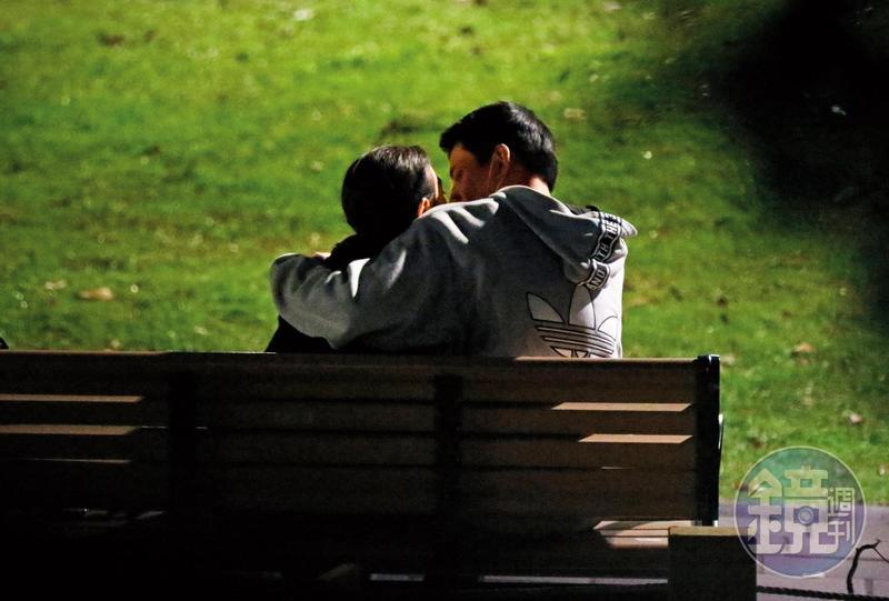 王淨(左)、林柏叡(右)熱戀時在公園野戰,主打露天情欲路線。
