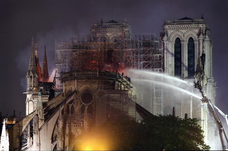 盛名全球的巴黎聖母院15日發生大火,建築體上方的屋頂慘遭燒毀。(東方IC)