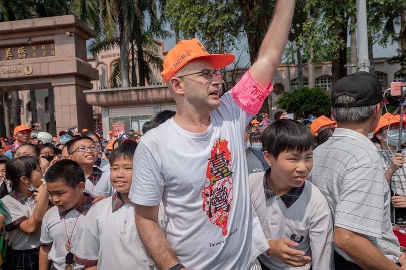 吳鳳向外籍藝人喊話不要欺騙台灣人,強調台灣人很單純,但不是笨。(翻攝自吳鳳粉絲專頁)