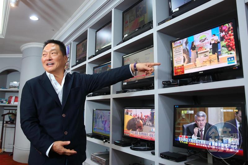 王令麟辦公室內有13台電視,讓他隨時監看自家及競爭對手的頻道。