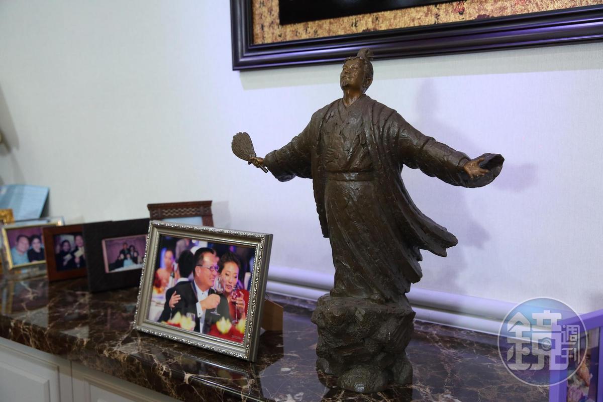 王令麟辦公室內一尊朋友送的孔明像,提醒自己隨時長智慧。