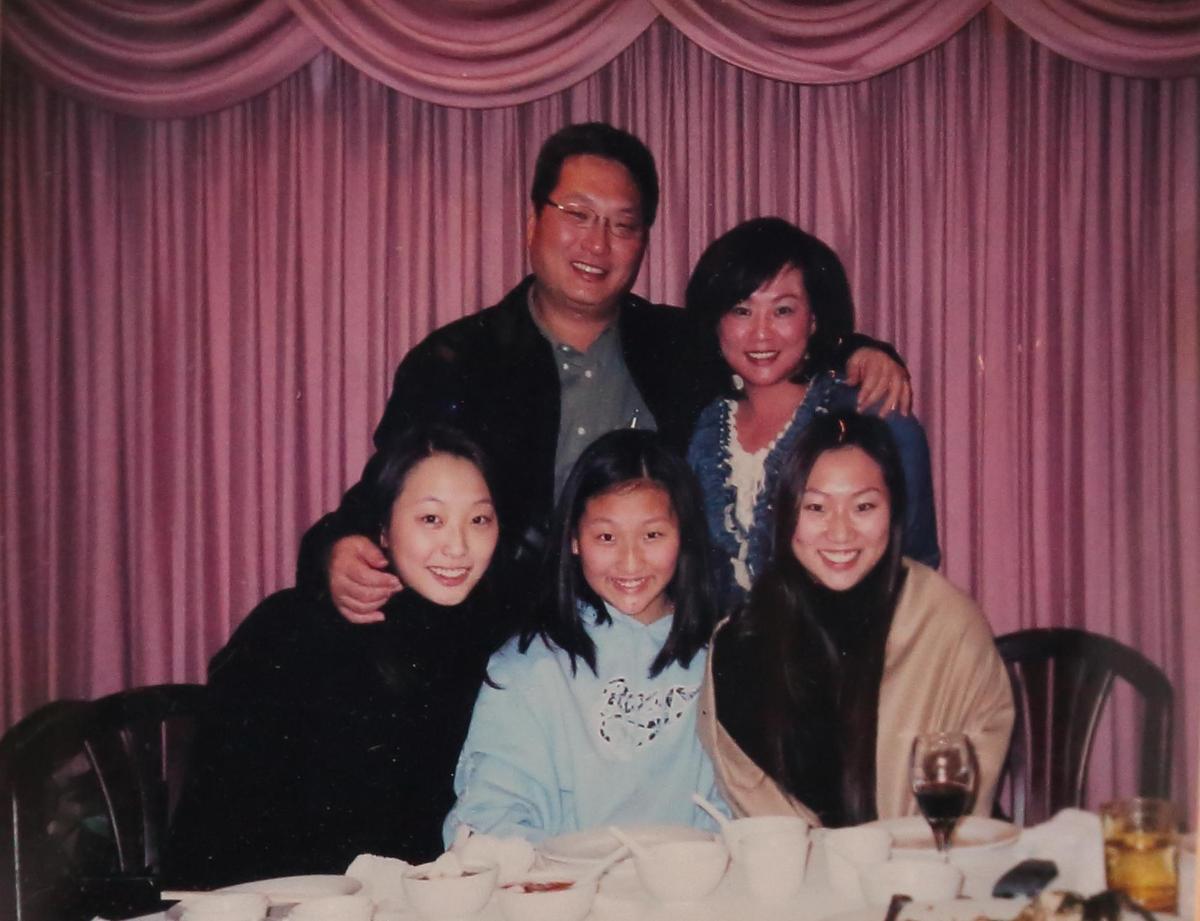 除了公文、擺設及電視外,王令麟辦公室內有多幅家人的照片。