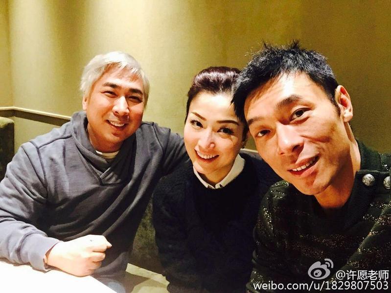 2015年音樂人許愿的微博公開他與鄭秀文及許志安合照,還表示鄭秀文宣布「現在可以叫我許太了」。(翻攝自許愿微博)