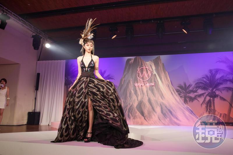 邵雨薇穿上Wave Shine品牌的泳裝,以夏威夷神秘古老的部落公主形象登場。