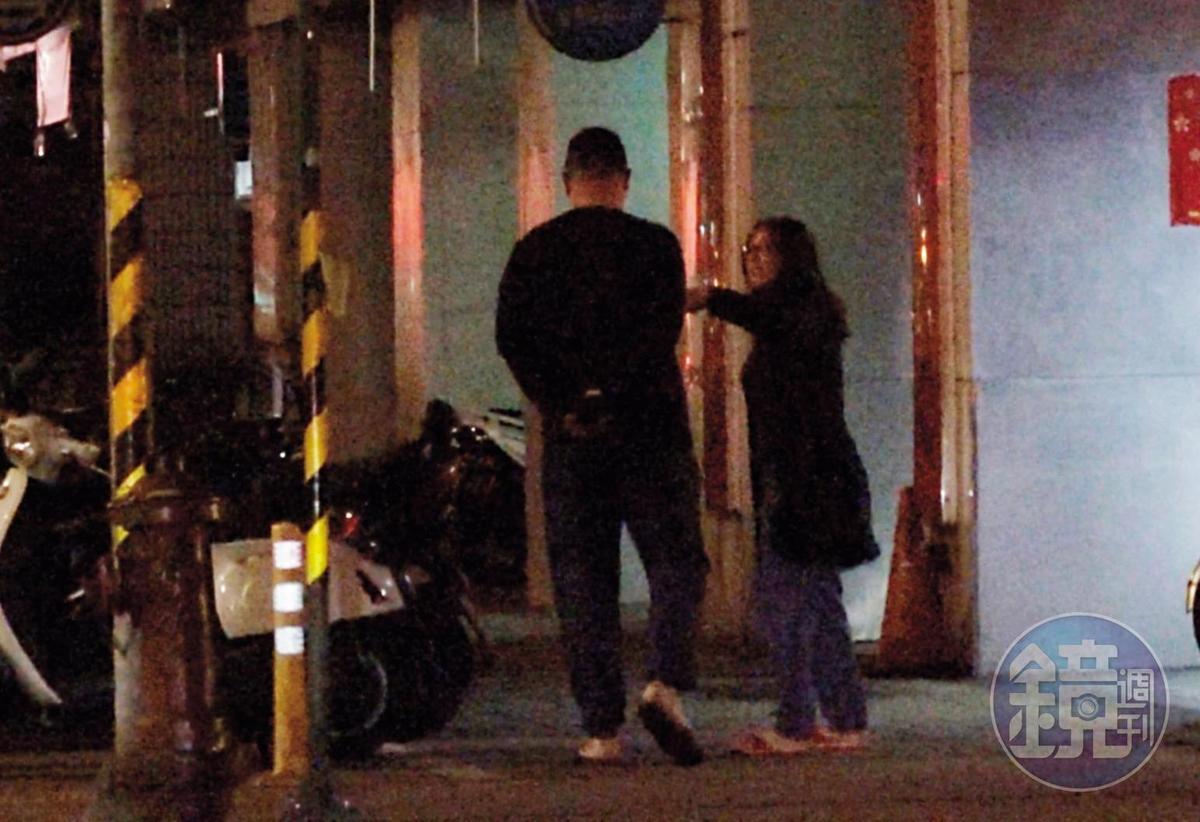 01:38 吃完火鍋等友人開車的空檔,高潞在人行道上與陳士章漫步,還一度用手拍了陳的肩膀。