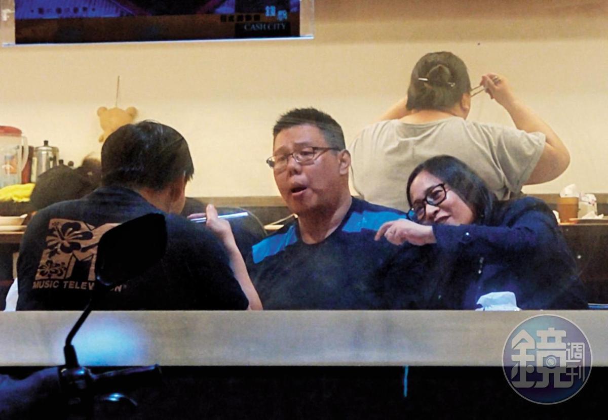 01 :07 高潞與陳士章邊吃邊聊,聊到開心之處,高潞的上半身向陳的方向靠去。