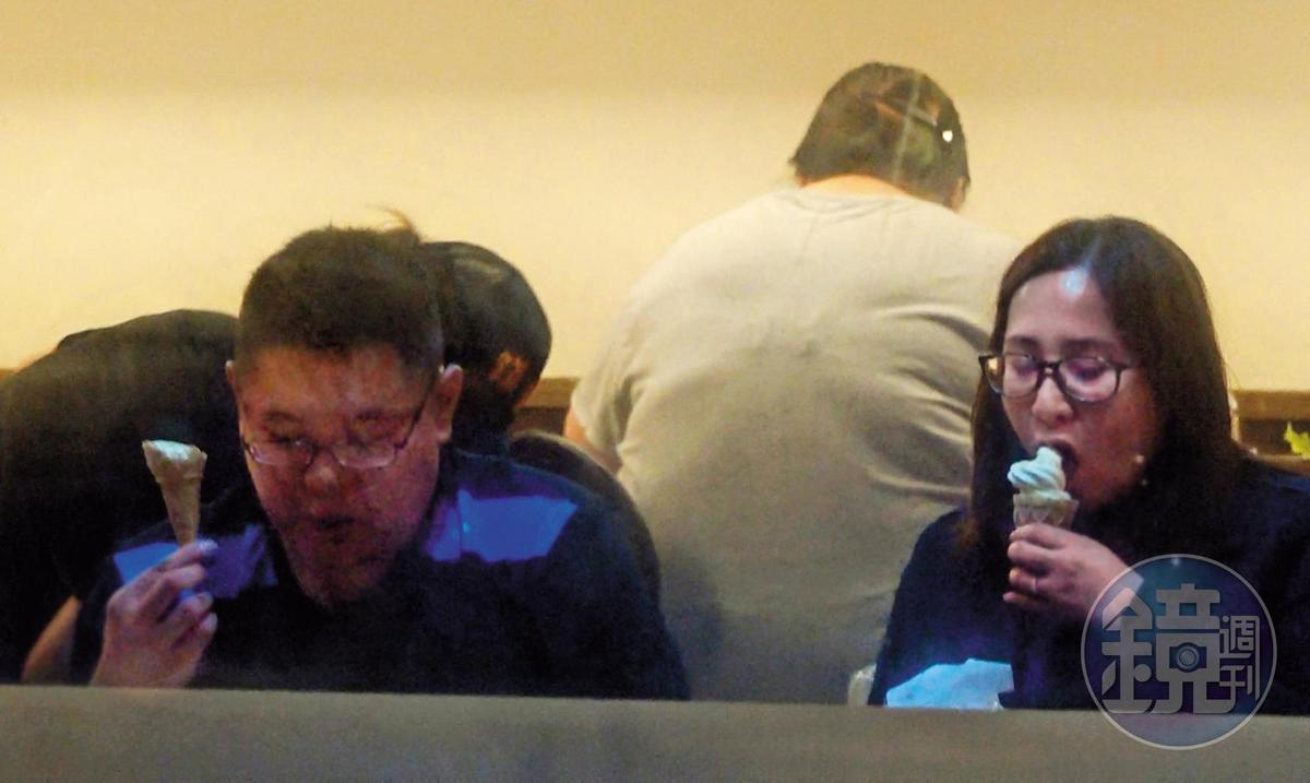 4/10 01 :02 高潞與陳士章在火鍋店裡一起吃霜淇淋。