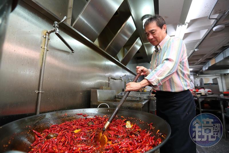 張永華是16年前人氣夯店川巴子創辦人,8年沒碰火鍋湯頭的他,十分珍惜再掌湯勺的機會,要再戰一次。