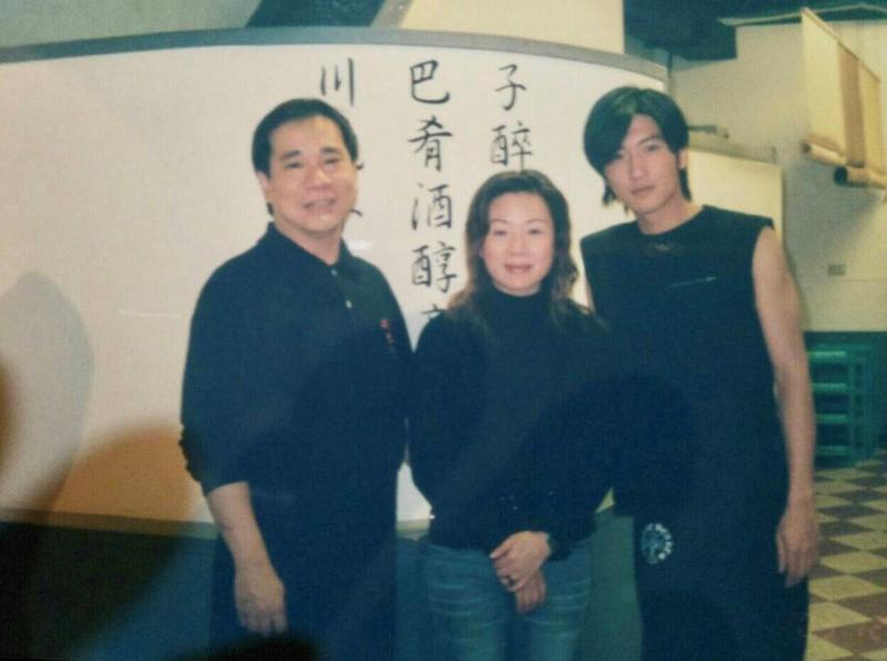 川巴子當年堪稱人氣夯店,很多大明星愛去,謝霆鋒也曾與創辦人張永華(左)及其前妻合影。(張永華提供)