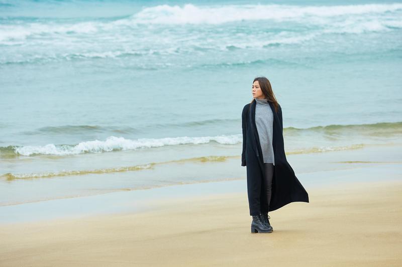 蔡健雅在海邊奔跑,MV導演拍下她自由的那一幕。(環球唱片提供)