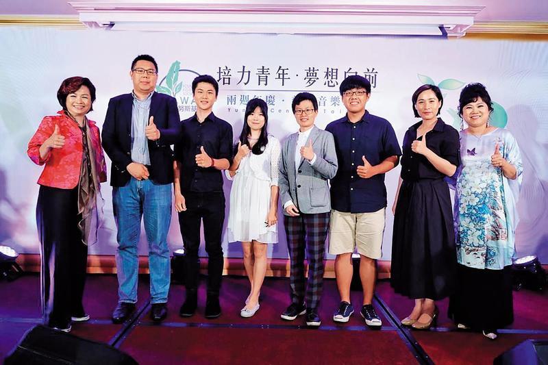 陳士章(左2)擔任北市原民會主委任內,曾與高潞(右2)一同出席民間基金會活動。(翻攝台灣尤努斯基金會官網)