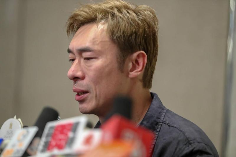 許志安與港星黃心穎偷情影片流出,他於16日晚舉舉記者會,聲淚俱下的向大眾表示對不起,承認自己是沒靈魂的人,很噁心很討厭。(東方IC)