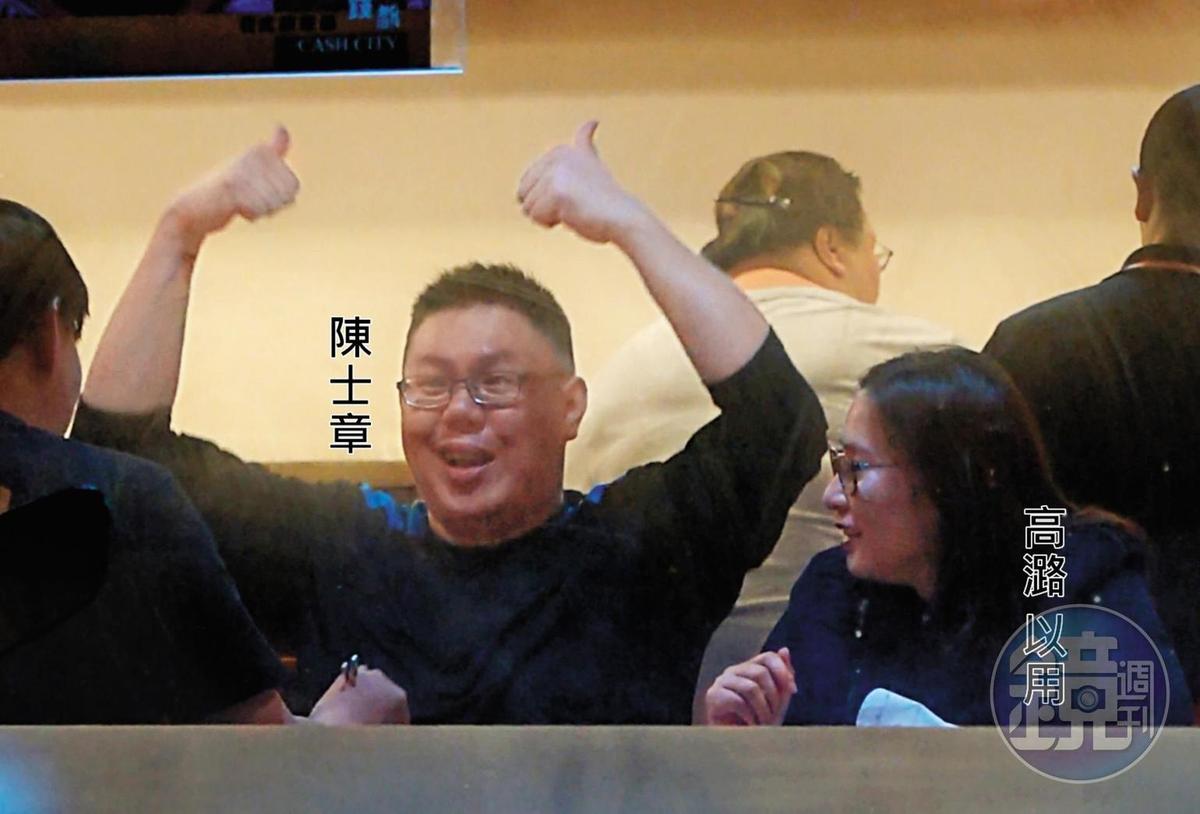 00 :53 陳士章在火鍋店裡滔滔不絕地說話,還不時搭配誇張手勢,逗得高潞哈哈笑。