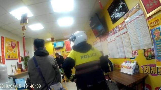 警方前往士林區社中街的彩券行盤查,當場查獲負責人和顧客持毒。(警方提供)