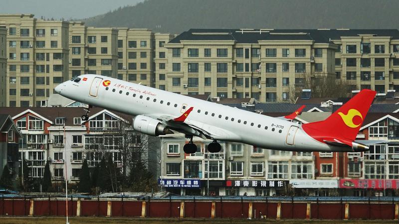 66歲女乘客向飛機引擎處丟擲硬幣稱祈福,導致航班延誤兩小時起飛。(東方IC)