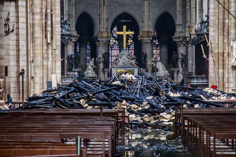 巴黎聖母院大火後,屋頂和塔樓燒毀坍塌,留下滿地廢墟(東方IC)