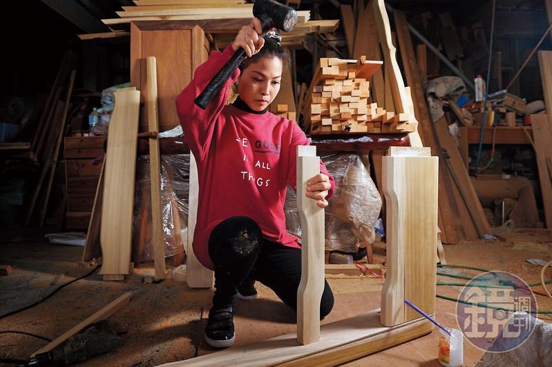 黃裕凰高中開始邊讀夜校邊當學徒,十多年前繼承父業,是百年來第一位女神桌工匠。