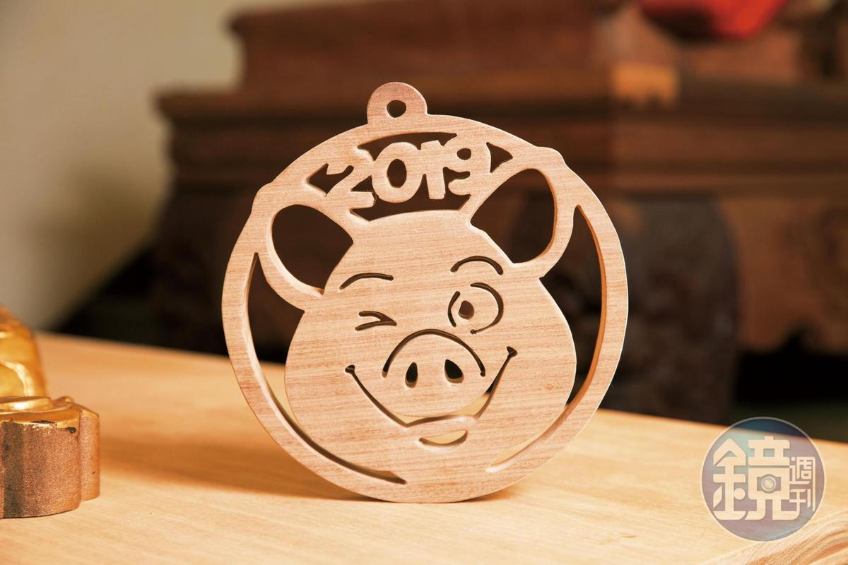 2019豬年特製款隔熱墊,除了墊鍋子、墊碗,還可掛在牆壁當吊飾。(1,200元/片)