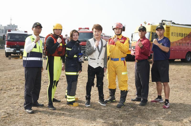 翁立友把新歌〈拼命的堅持〉送給消防署、鼓勵辛苦的打火兄弟。(豪記唱片提供)