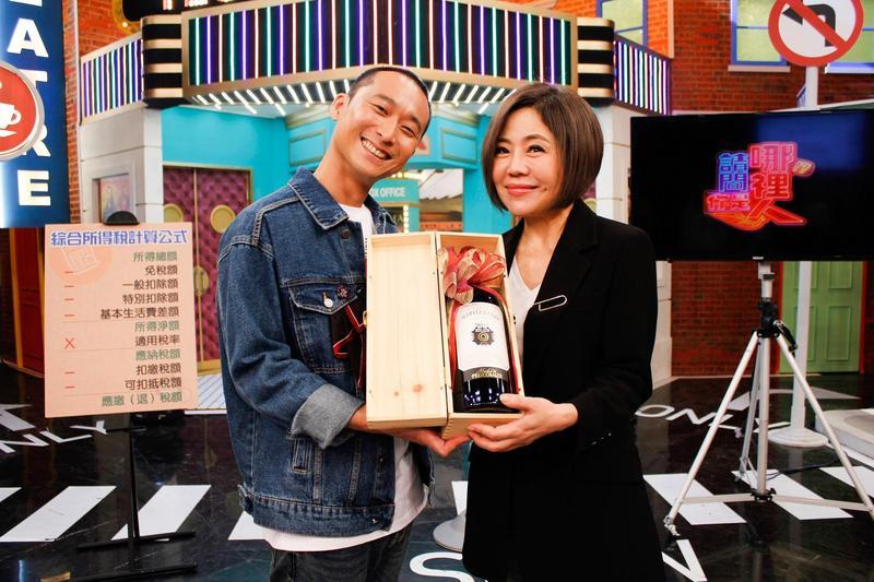 于美人與浩子一同慶祝節目週年。(衛視中文台)