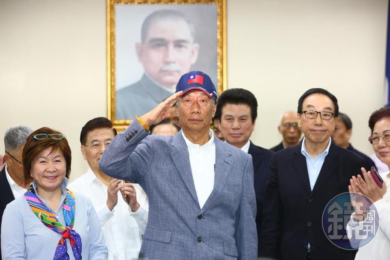 郭台銘接獲榮譽狀後正式宣布,將參加國民黨總統初選,不會接受徵召。