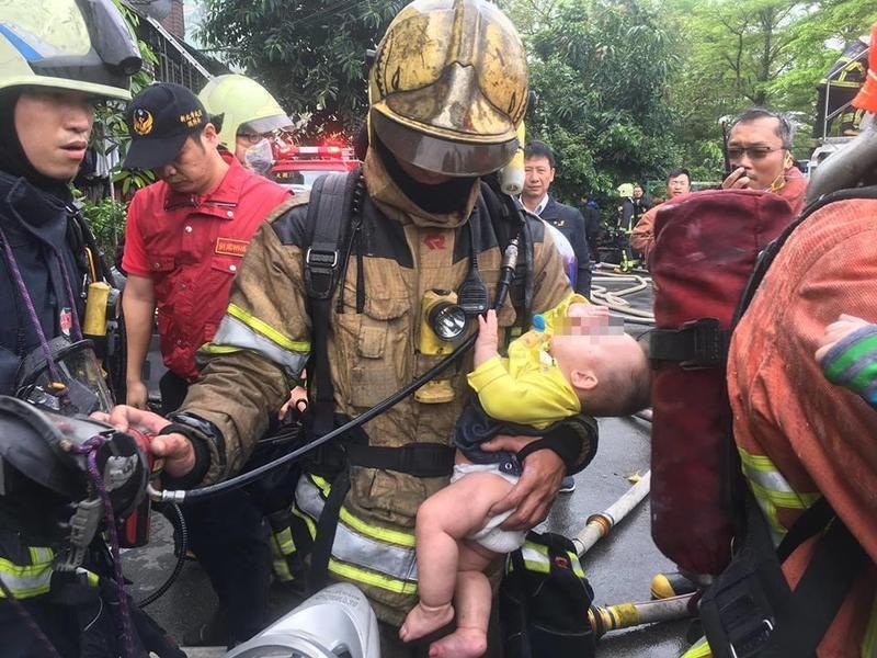 網友分享火災現場打火兄弟救出嬰兒一幕,網友紛紛按讚。(翻攝自臉書報廢公社)