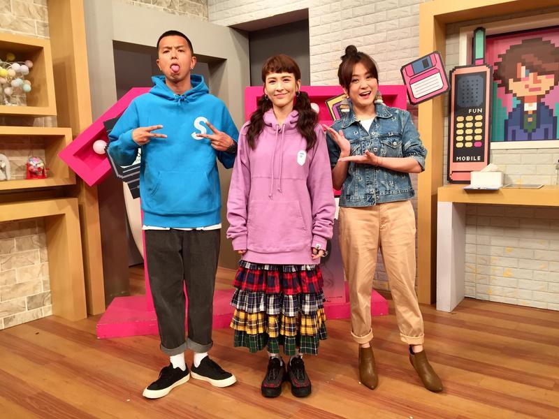 推出新單曲的魏如昀(中)上黃鴻升與海芬的節目。(趣你的娛樂提供)