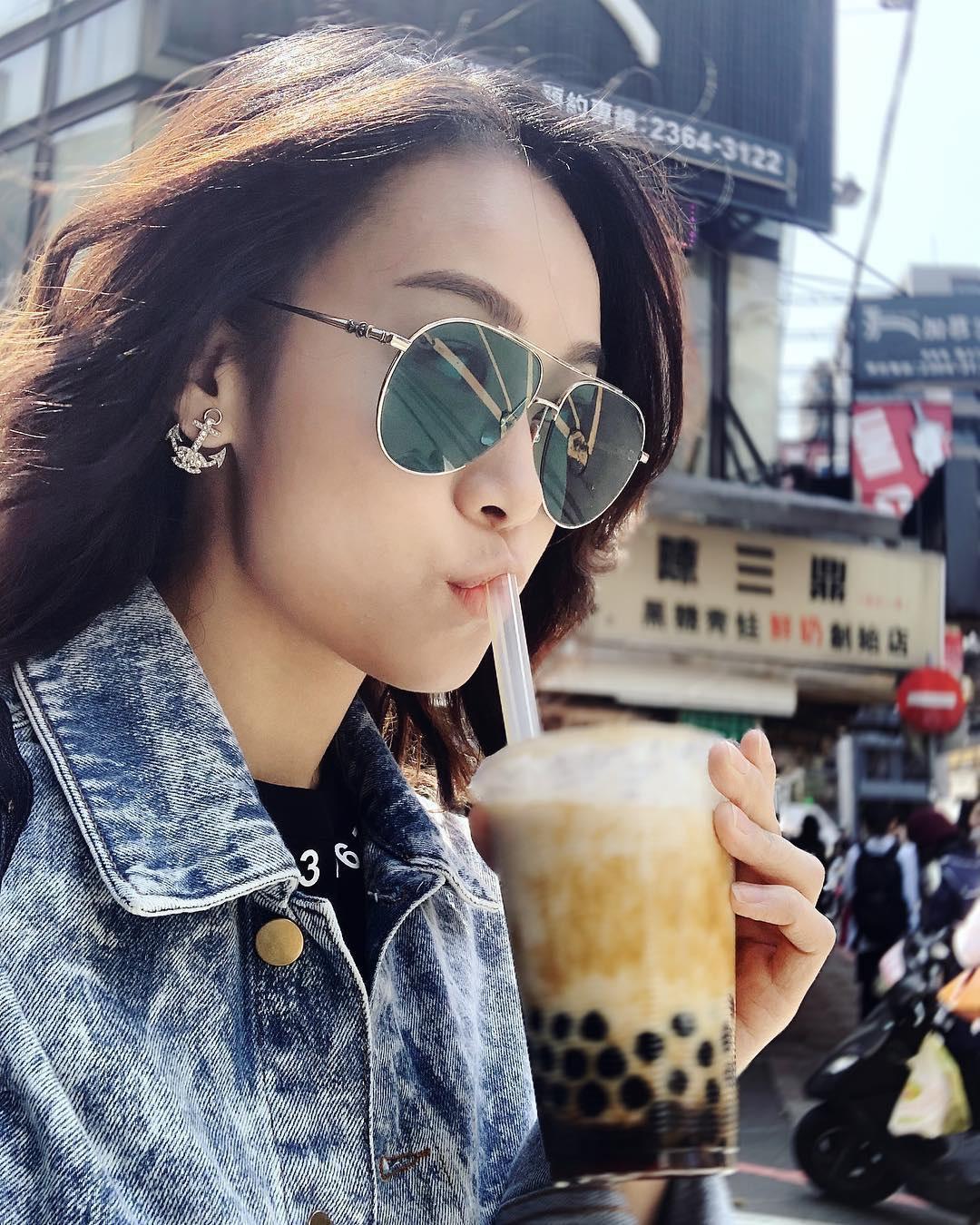 黃心穎隨戲劇「法證先鋒」來台拍外景,趁空品嚐台灣道地珍珠奶茶。(翻攝自黃心穎IG)