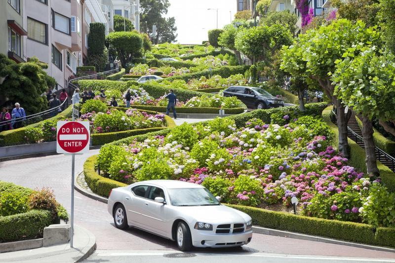 舊金山著名的景點「九曲花街」,吸引許多觀光客朝聖。(東方IC)
