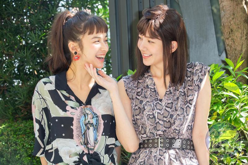 郭雪芙(右)在《花咲了女孩》片中,要跟夏朧(左)親密的打鬧,但太過親密其實自己都會害羞。