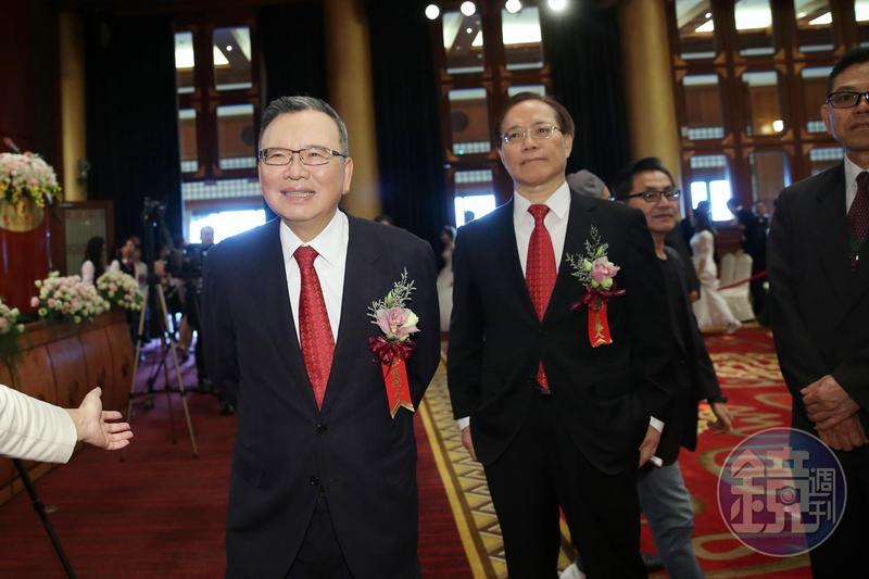 今日傳出中華電信董事長鄭優(左)將退休交棒,由現任總經理謝繼茂(右)升任。