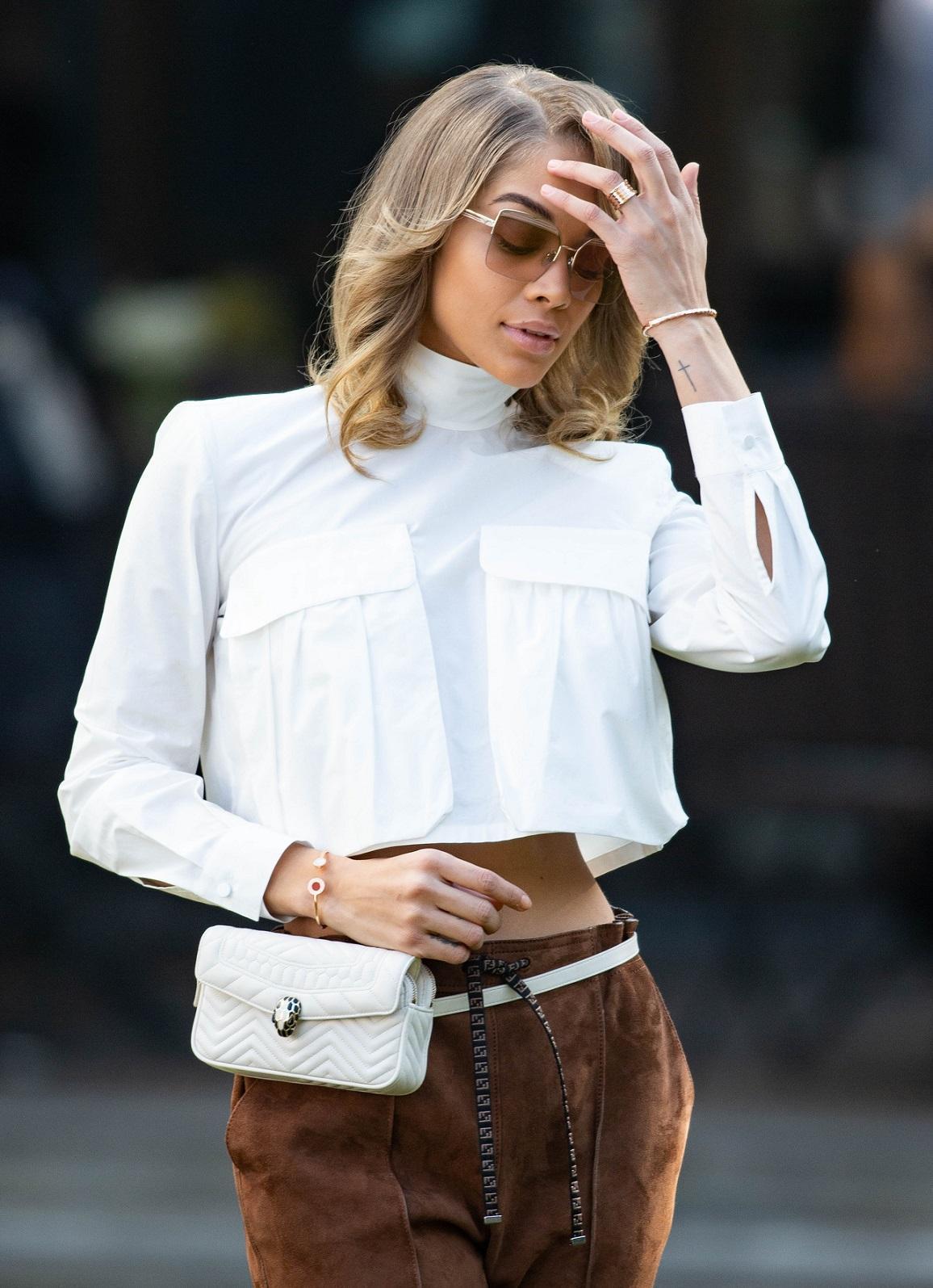 寶格麗數位大使Jasmine Sanders配戴SERPENTI FOREVER白色腰包。(寶格麗提供)