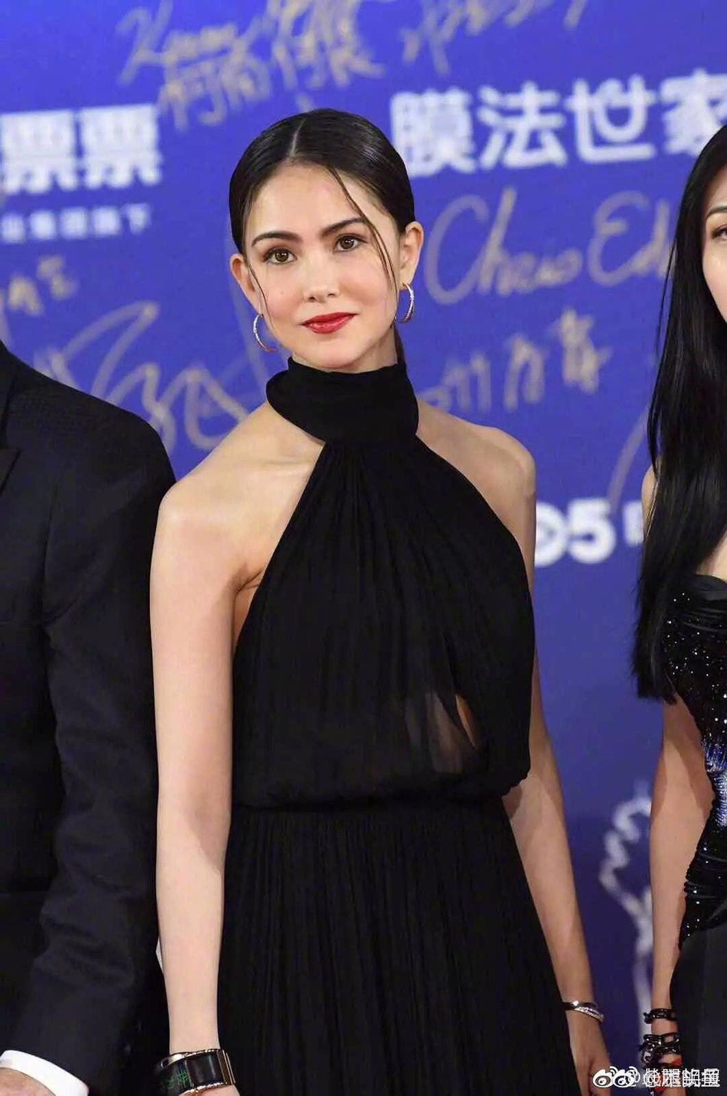 昆凌在洋裝內自己加工多了襯底,以免全都露。(SAINT LAURENT提供)