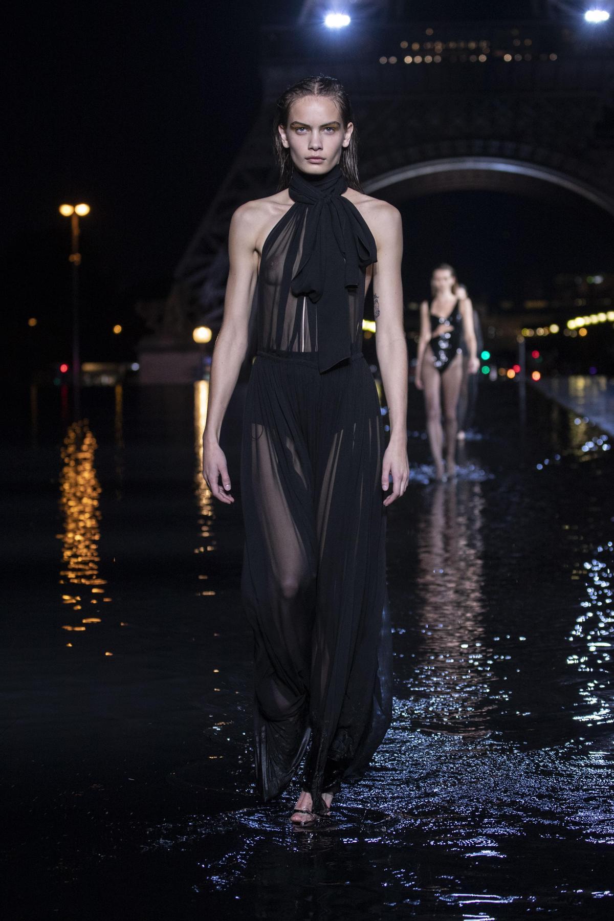 SAINT LAURENT秀上model走秀時的服裝原貌。(SAINT LAURENT提供)