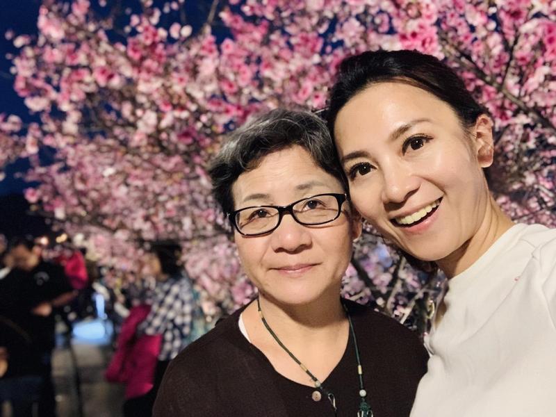 石媽媽(左)有20多年房仲經驗,是石怡潔(右)買房的投資軍師。(石怡潔提供)