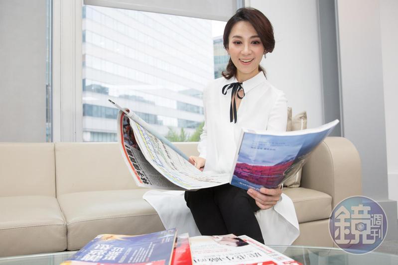 每天播報晚間新聞前,石怡潔大量吸收訊息,只要是跟投資相關,功課做得更勤。