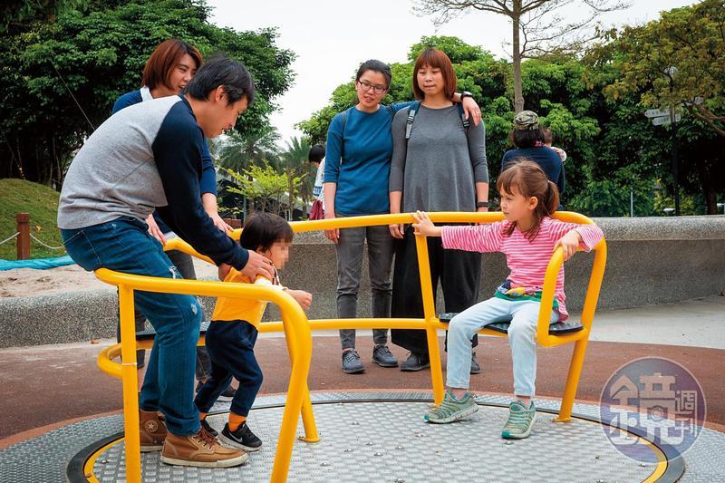 吳少喬一家人在公園與其他家庭互動、玩耍,顯得很自在。