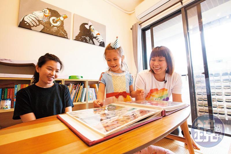 一家三口經常在客廳閱讀、聊天、遊戲,經營親密時光。