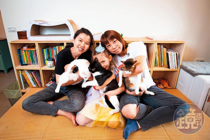 吳少喬(右)7年前做試管嬰兒,生下混血的苗苗(中),如今與伴侶邱明玓(左)共組家庭。