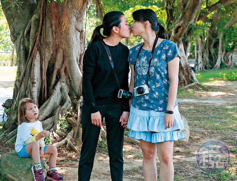苗苗(左)對於自己有2個媽媽、媽媽是同性戀已經覺得很習慣。(林煒凱攝)