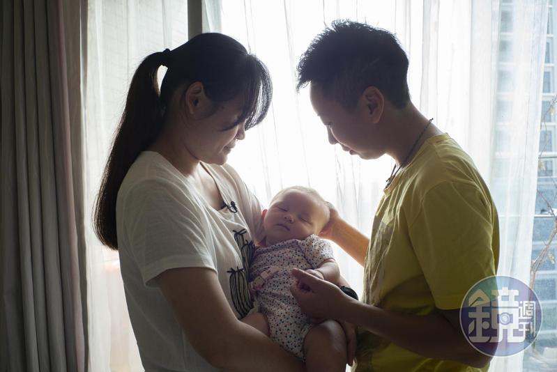 邢秝淇(右)、梁瑜玲(左)的女兒4個半月了。