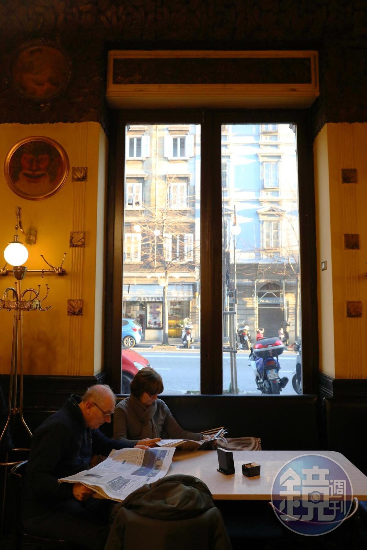 雖然坐著喝的價錢比站著貴,但仍有許多人喜歡悠哉的找個沙發座位,喝杯咖啡,看點書報,打發下午時光。