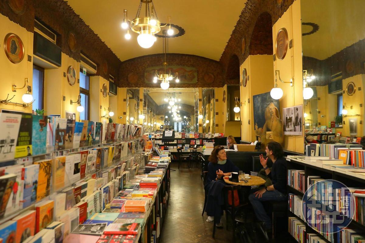 咖啡館的另一側是書店,除了買書,也能在裡面喝咖啡。