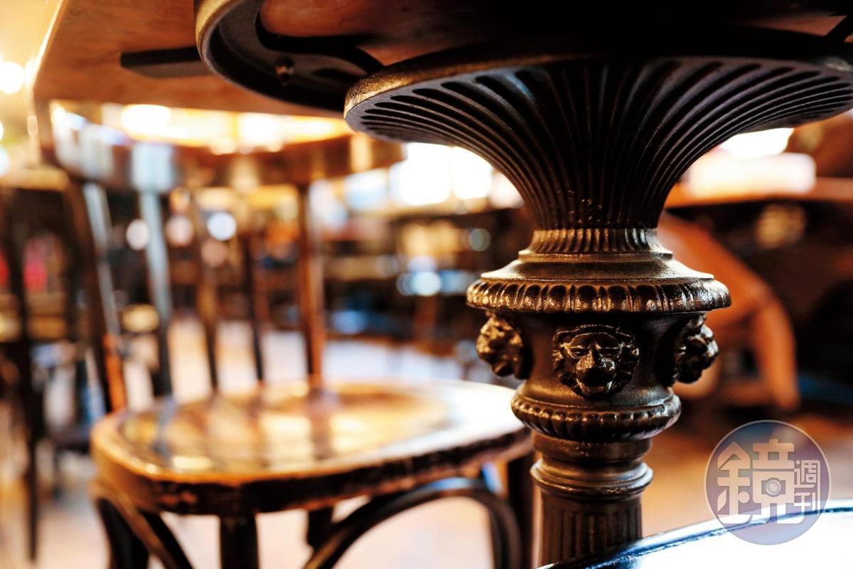咖啡館的餐桌下的雕飾也很精緻。